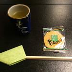 自然薯 茶茶 - 最初に出されたお茶と山芋の煎餅?