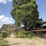 中嶋源九郎餅本舗 - 柳沢神社と天守台