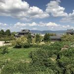 中嶋源九郎餅本舗 - 天守台から城趾会館を望む