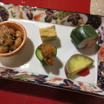 カド - 前菜の盛合せ 浸し豆 だし巻き玉子 三つ葉入り 笹の葉巻き サバ もろきゅう サツマイモの甘露煮 梅肉