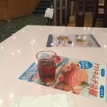 72537695 - テーブル席(おいしいお茶提供)