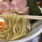 ラー麺 陽はまた昇る - 魚とりとんこつラーメン(750円)麺リフト