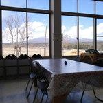 ビューファーム鳥原平 名水そば - 部屋やテーブルは素っ気ない