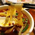 西安刀削麺酒楼 - もっちり太め厚め刀削麺です。麺自体の甘みが感じられおいしいです。スープ跳ね要注意!