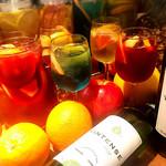 ピーチ - ドリンク写真:名物!季節のフルーツを漬け込んだ自家製サングリア