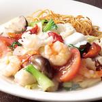 広東炒麺 南国酒家 - 天然海老とアオリイカ、きのこ、ドライトマトのあんかけやきそば