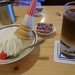 コメダ珈琲店 - ソフトクリーム    葵   奥は冷こー