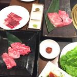 焼肉 うしの家 - 料理写真:飛騨牛!手前ユッケ