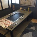 みつ蜂 - 鉄板のテーブルも広々。