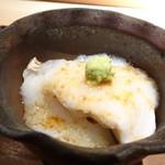 菊鮨 - ◆鰆の蒸し鮨 身の厚い美味しい鰆の上に自然薯がかけらています。優しい味わいですね。