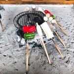 高森田楽村 - 他の串は炭の近くで