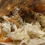 鶏○酒場 - 目玉焼きの断面。マヨが絡んだキャベツがたくさん。