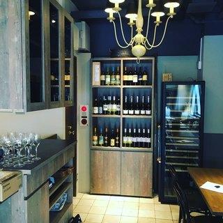 ワインセラーとワインの棚には70種類以上のワインがずらり