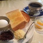 ティーポット - 料理写真:ブレンドコーヒー380円と小倉トーストのモーニング