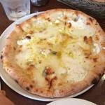 72565608 - 4種のチーズピザ(ゴルゴンゾーラ少な目)