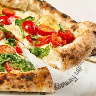ピッツアコルニチョーネにリコッタチーズを包みミニトマトと共に