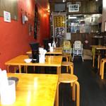 博多拉担麺 まるたん - 店内。