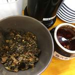 博多拉担麺 まるたん - 卓上には、辛子高菜・食べるラー油。 白ご飯用にふりかけも置いてあります。