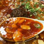 博多拉担麺 まるたん - 1辛だそうです。 ガーリックチップがザクザク入ったスタミナ系です。