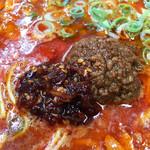 博多拉担麺 まるたん - 辛さが足りない場合は、卓上の食べるラー油を投入。