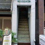 atehaca - お店は、この前島ビルの2階にあります。 少し細めの階段を上がっていきます。 こういう階段は帰りを気をつけないとね。