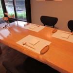 山里料理 葡萄屋 - 私達の利用した部屋は雑木林に面したテーブル席になってました。