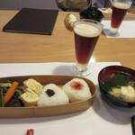 山里料理 葡萄屋 - ステーキが焼きあがる前に秋田杉に入ったお弁当とお吸い物は運ばれてきました。