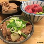 いづみや - 人気の三品。肉豆腐、鮪ブツ、煮込み