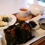 マミーフレーズ ブノワトンジャポン - 料理写真:小豆入り発酵酵素玄米のおむむすびセット 自家製麹漬けや南高梅干し、健康茶のセットです。