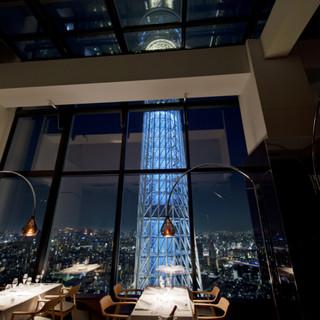 東京スカイツリー(R)を正面に、地上150mからの夜景を。