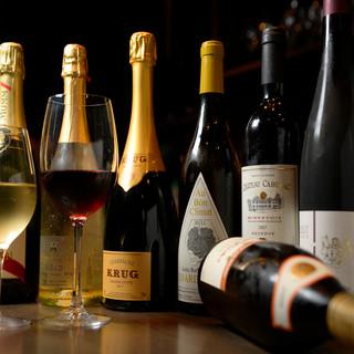 世界各国から厳選した常時100種類のワインで至福のひと時…