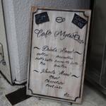 カフェ ミティーク - ビル入り口の看板