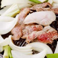 成吉思汗 だるま - 365日欠かさずに仕入れている新鮮なマトン肉。熱々のジンギスカン鍋でお召し上がりください。