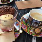 シャポン - ベネズエラのムース・オ・ショコラパフェとホットコーヒー
