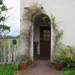 粉ひきの ゴーシュ - 冬が雪深いからか玄関のドアは少し奥にありました