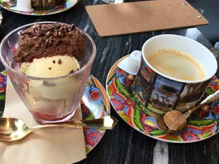 シャポン 自由が丘店 - ベネズエラのムース・オ・ショコラパフェとホットコーヒー