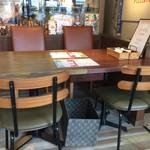 PIZZERIA FAMIGLIA - 模様替えされた店内は、テーブル席ばかりになりました!(2017.9.5)