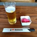 お食事 木馬 - ドリンク写真:ビール420円 お通し(サービス)