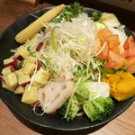 72623947 - 色とりどりの野菜は全部で13種類!シンプルな野菜が海老つけ汁に合う!