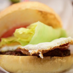 BASHI BURGER CHANCE - ベーコンエッグチーズバーガー@税込1,380円:頬張ろうとする角度