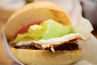 BASHI BURGER CHANCE 池袋店 - ベーコンエッグチーズバーガー@税込1,380円:頬張ろうとする角度