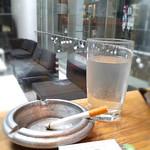 ビブバール - 店内(カウンター席のみ喫煙可)