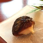 茶房一笑 - 黒ゆり(400円)黒糖の寒天 餡は自然薯