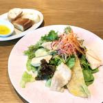 貝殻荘 - 蒸し鶏と三浦野菜の彩りバーニャプレート(税込980円)