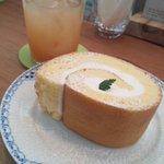 7265866 - プレーンロールケーキ&生絞りグレープフルーツジュース