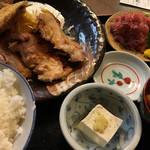 ○気 - 日替わり定食(鳥の生姜焼、あじフライ付)、まぐろ中落ち追加