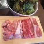 韓国料理マニト  - 肉ハーフとチョレギサラダ
