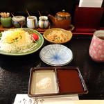 禅 - お手頃な「串揚げ定食(870円)」をお願いしました。 ◆「サラダ」「小鉢」「ご飯」「お味噌汁」などがセットになっていて、卓上に「高菜」が置かれています。