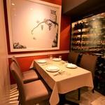 かもめのイタリアン - 幸福のフクロウのお席はセラーが見える人気のテーブル席