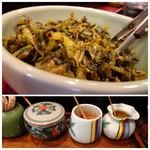 禅 - ◆卓上に置かれた「高菜」や調味料。